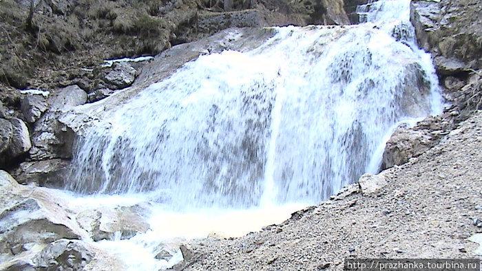 Водопады, ниспадающие  с Альп...