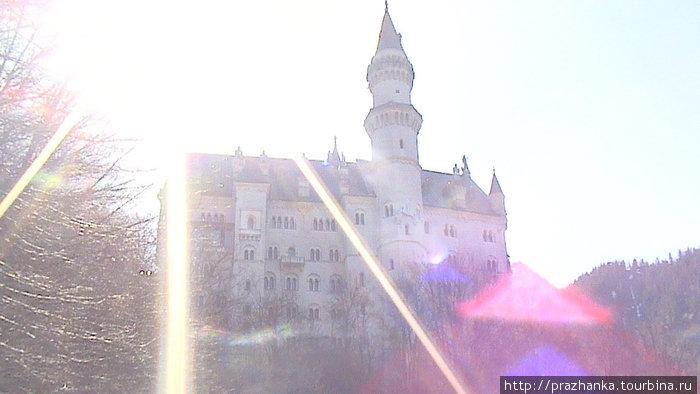 Замок в лучах утреннего солнца.