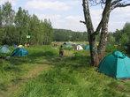 Большая фестивальная поляна заполняется многочисленными палатками всех цветов радуги. Конечно, это не тот размах, как на знаменитой Груше, но тоже народу немало