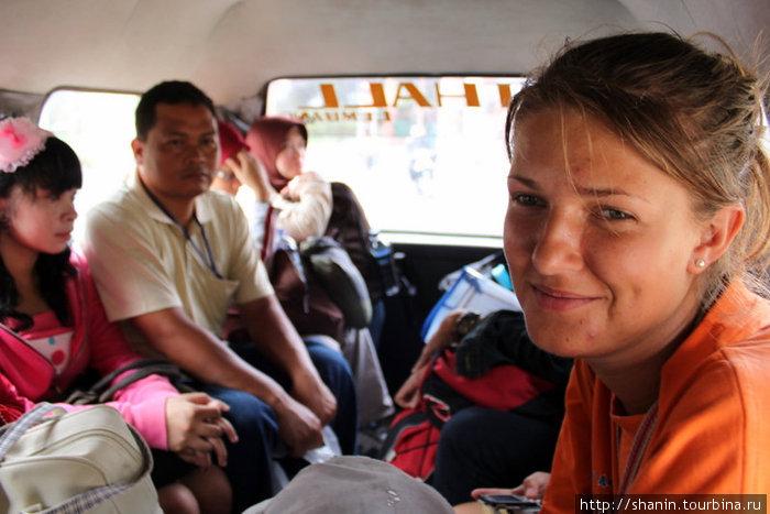 Назад в Бандунг возвращаемся на маршрутном такси — с местными жителями.