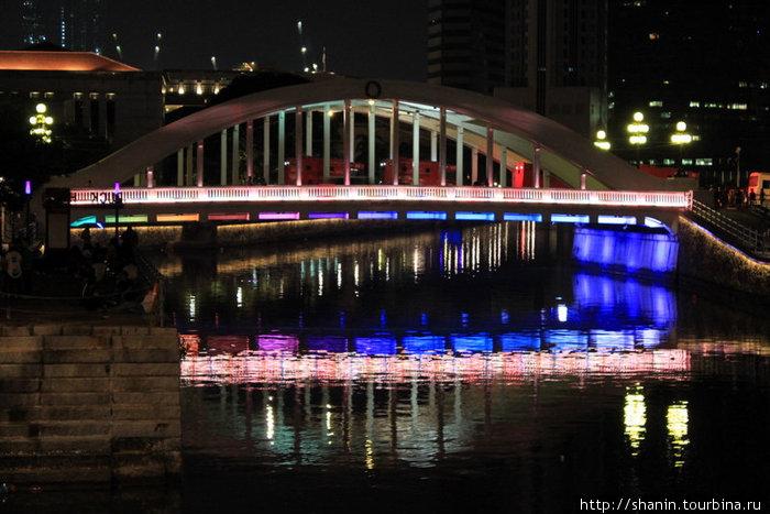 Мост на реке Сингапур новогодней ночью