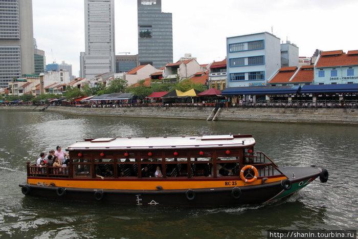 Прогулочное судно на реке Сингапур