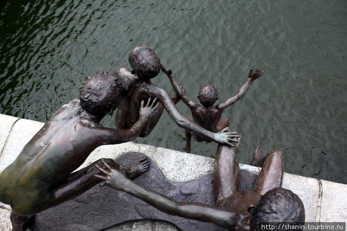 Дети прыгают в воду — памятник на берегу реки Сингапур