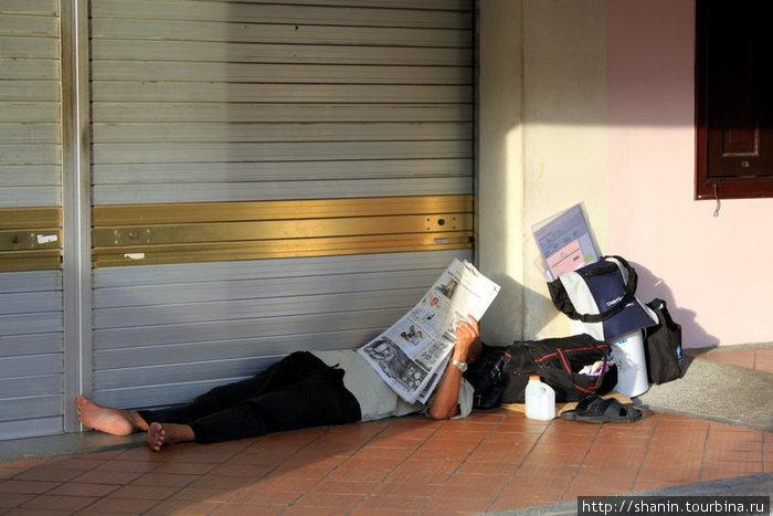 Интеллигентный бомж встречает утро 1 января за чтением свежей газеты