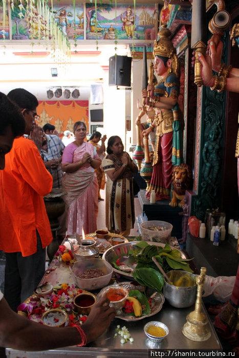 Утренняя служба в индуистском храме