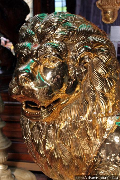 Золотой лев в индуистском храме