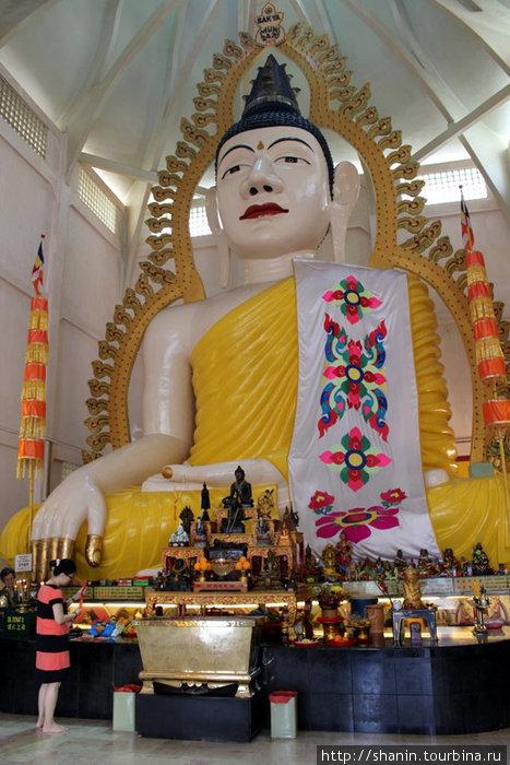 Гигантский сидящий Будда