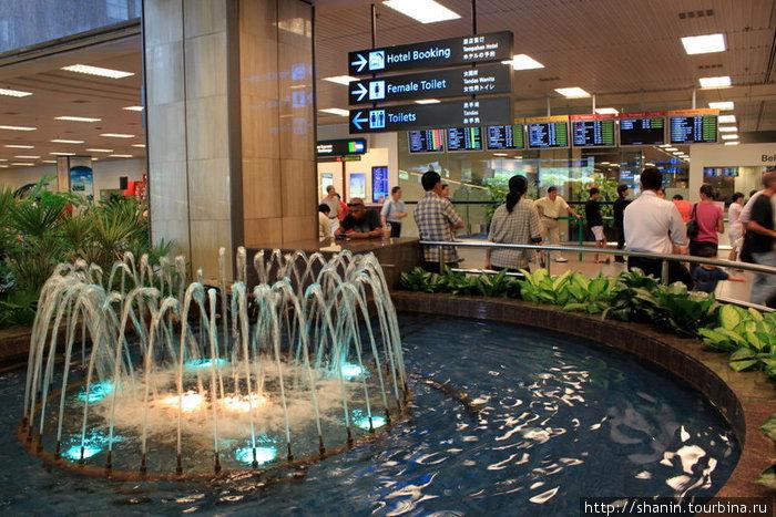 Фонтан в здании сингапурского аэропорта Чанги