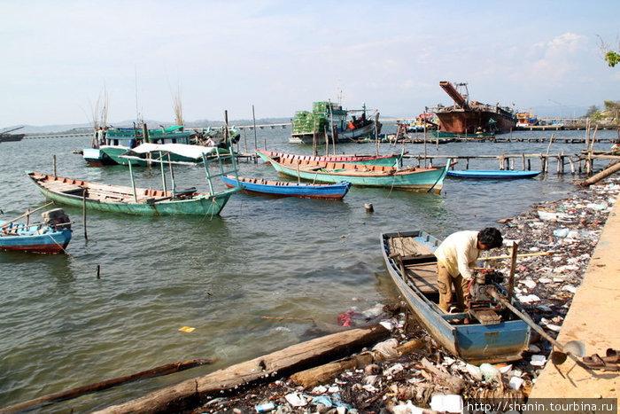 Берег реки в Кахконге, как водится, сильно замусорен