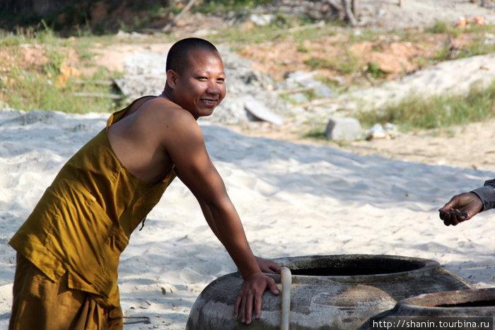 Монахи тоже работают на строительстве своего монастыря