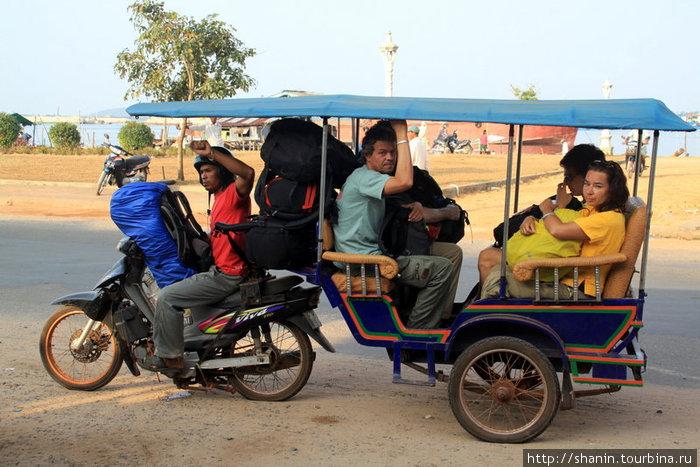 Моторикша собирает туристов на автобус