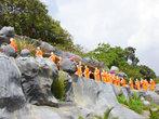 Статуи монахов тянутся длинной очередью