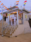 Христиане, буддисты, масульмане и индуисты поднимаются на гору, чтоб посетить на рассвете этот храм