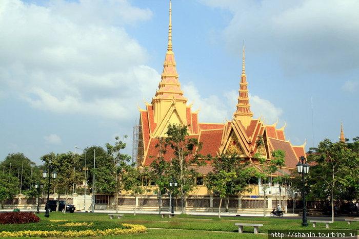 Храм с двумя шпилями