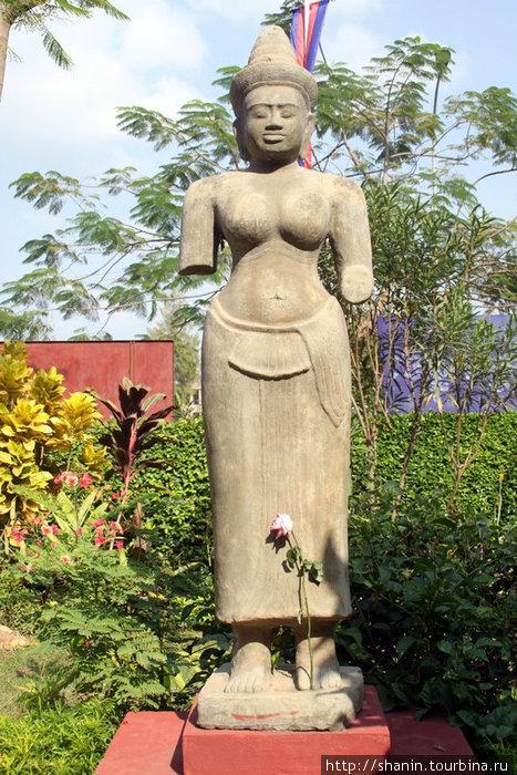 Статуя во дворе Национального музея