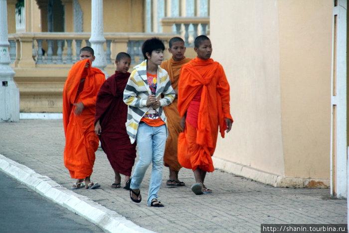 Буддистские монахи прогуливаются по улице