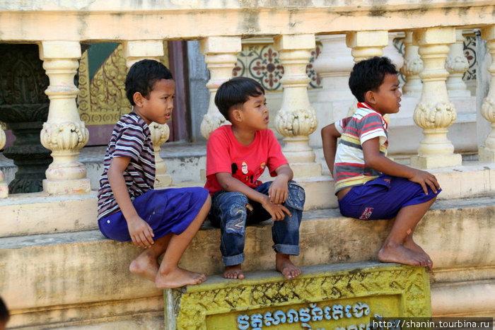 Дети внимательно наблюдают за игрой
