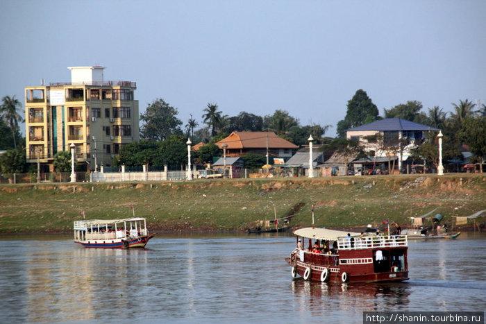 Паром через Меконг на противоположный от города берег