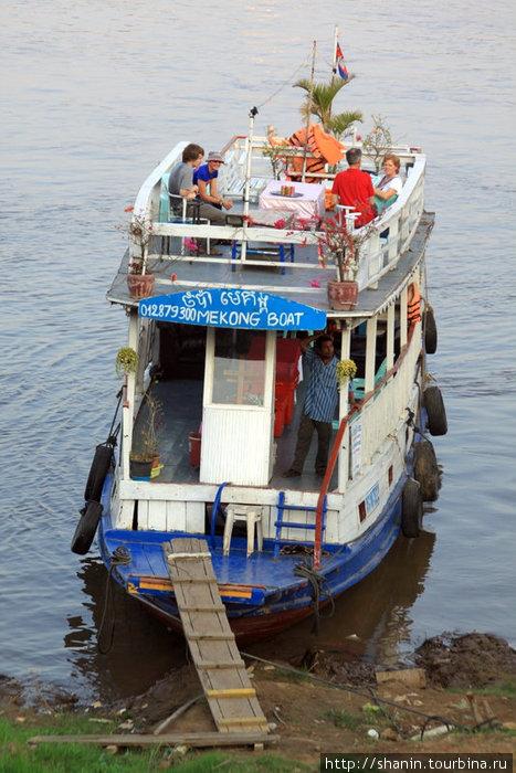 Туристы на прогулке по Меконгу