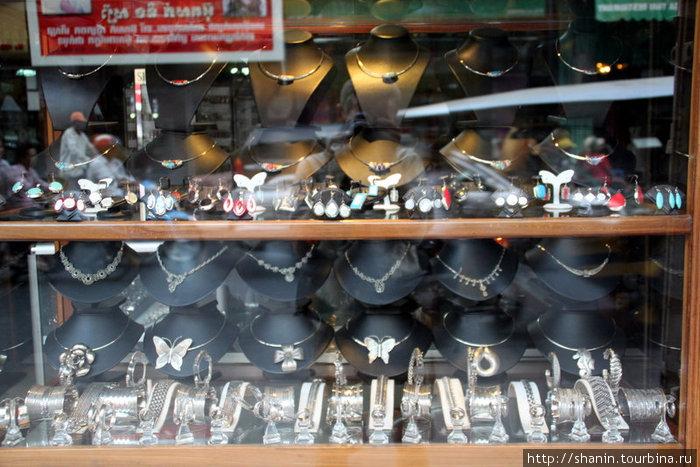 В ювелирном магазине много изделий из серебра