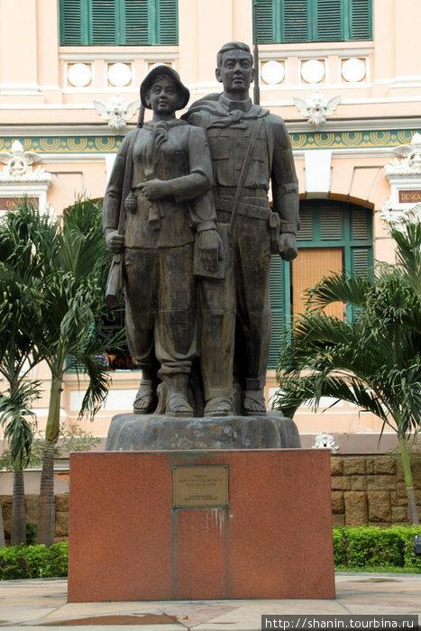 Памятник героям у Главпочтамта