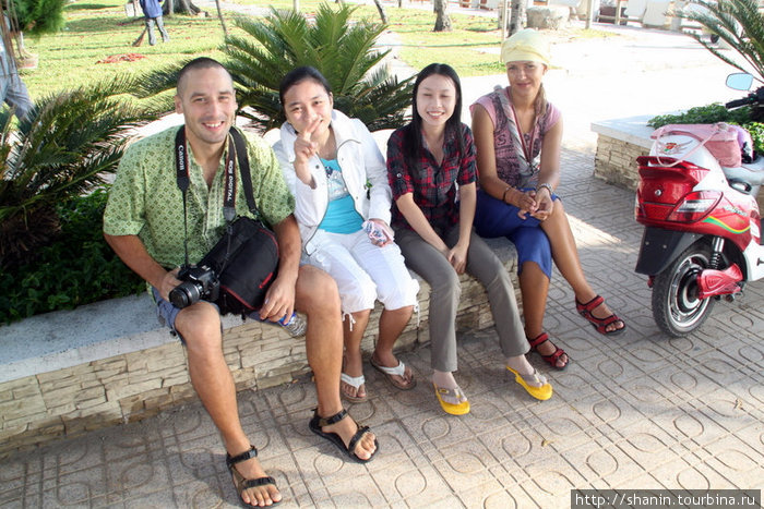 На набережной Нячанга знакомимся с местными девушками