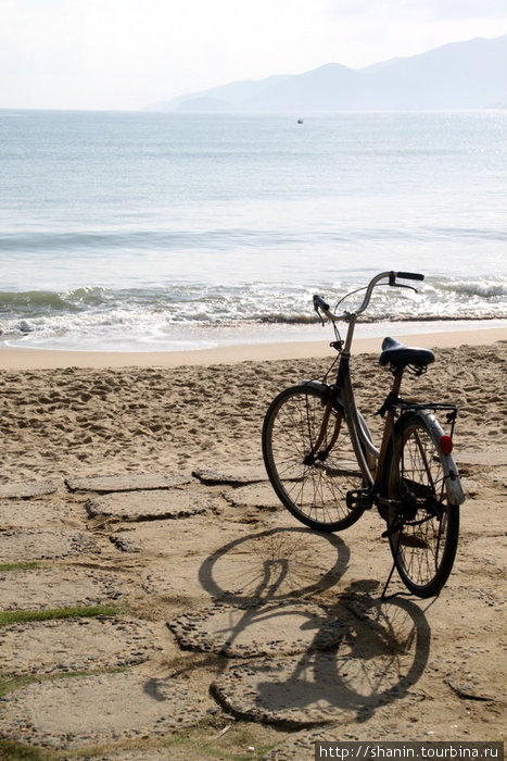 Велосипед на берегу моря