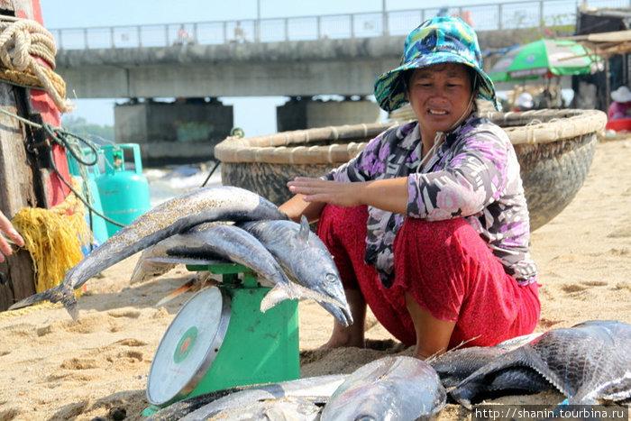 Торговка рыбой с весами