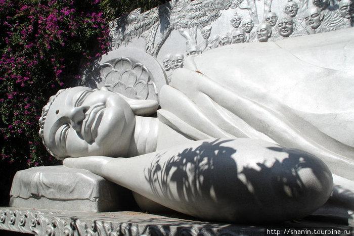 Лежащий Будда — ниже сидящего Будды