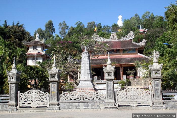 Белый сидящий Будда и пагода