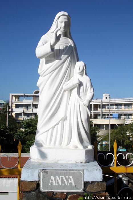 Статуя у католического собора