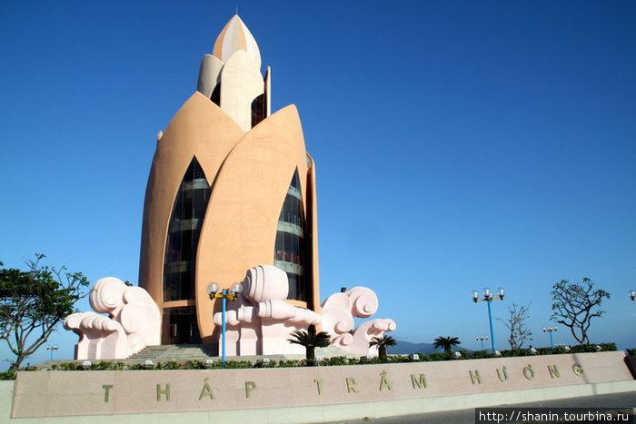 Башня — очевидно имитация тямских башен Понагар — на берегу моря в Нячанге