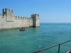 Знаменитый замок Скалигеров возвышается из воды, охраняя подступ к городу.