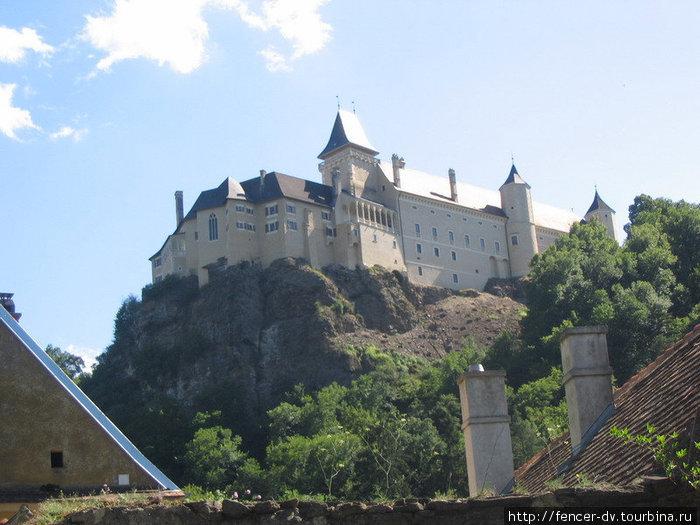 Замок высоко на горе, но к нему вполне можно подъехать на машине Розенбург-Мольд, Австрия