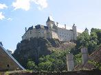 Замок высоко на горе, но к нему вполне можно подъехать на машине