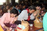 Прихожане молятся и льют воду — часть ритуала поклонения