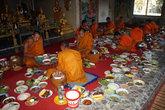 Монахи среди моря еды