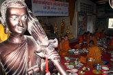 Статуя бродячего монаха и монахи, постоянно живущие в своем монастыре
