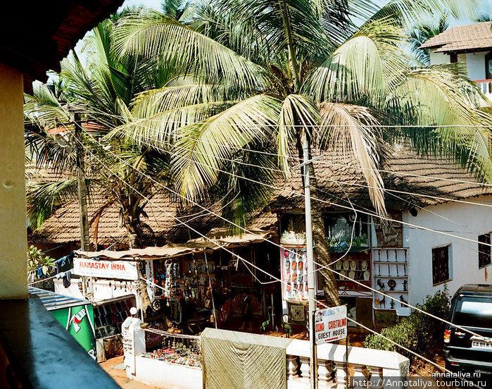 Вид с балкона нашего отеля на аналогичные в Калангуте (Гоа).