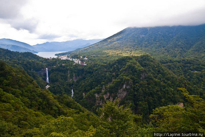 Вид с плато Акетидайра на озеро, горы и водопады