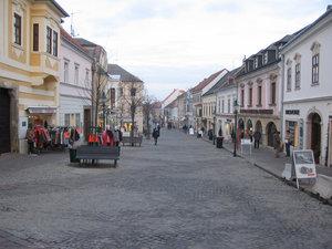 Главная улица с бесчисленными магазинами