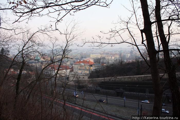 Недалеко от Градчан.