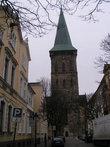 Башня доминирует над зданием