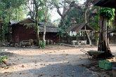 Монашеские кельи — в простых деревянных домах (при том, что храмы бетонные и величественные)