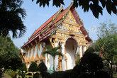 Типичный тайский храм — белый, с красной псевдочерепичной крышей (черепицы не глиняные, а металлические или пластмассовые) и позолотой.