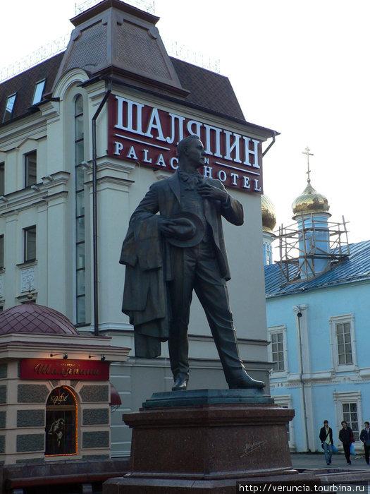 Памятник Шаляпину во дворе одноименного отеля.