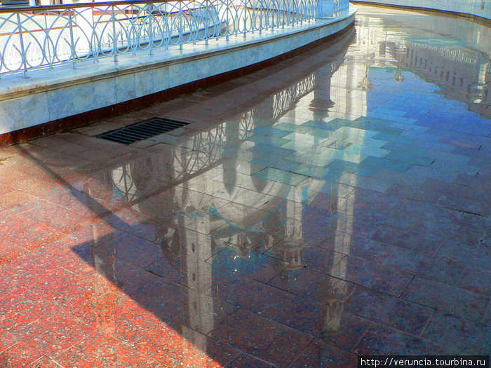 Отражение мечети в плиточном покрытии.