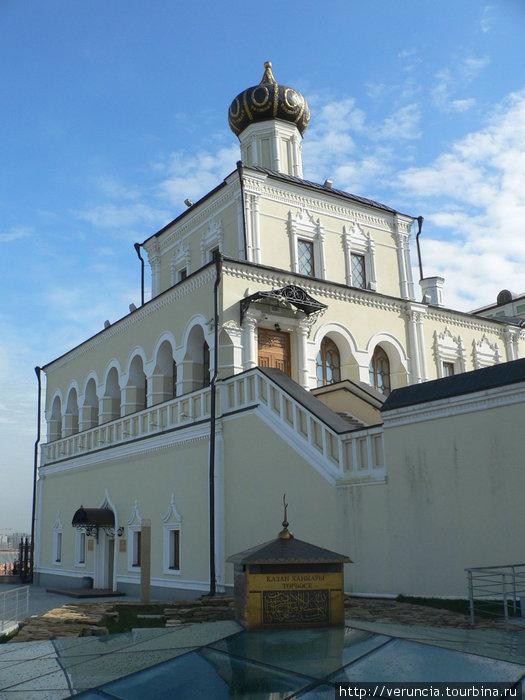 Ханский мавзолей и православный храм.