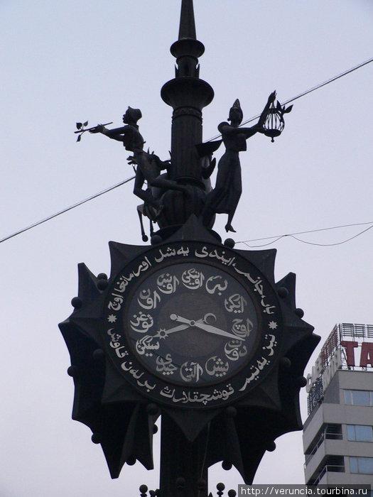 Часы с арабской вязью на Баумана.