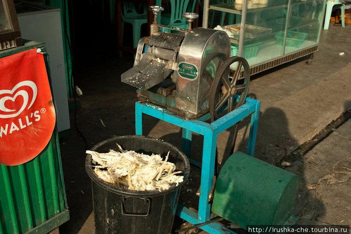 Агрегат для изготовления сока сахарного тростника. В этой кафешке он выглядел довольно неприглядно, но мы в ней сок и не заказывали. Я лишь для примера сфотографировала, так как агрегаты эти похожи
